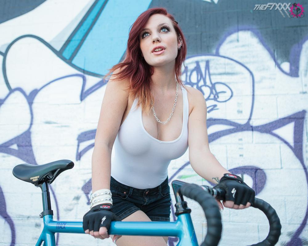 cycliste-poitrine-généreuse