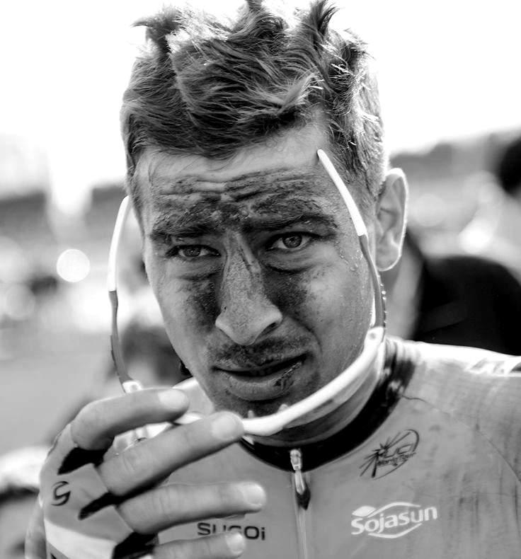 charbon sur le visage de Peter Sagagne